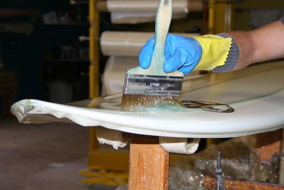 Stratification de planches de surf avec de la résine polyester Quai West