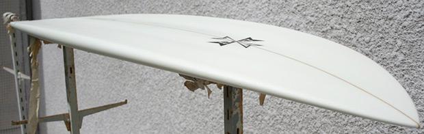 Séchage de la planche de surf exposée à la lumière du jour